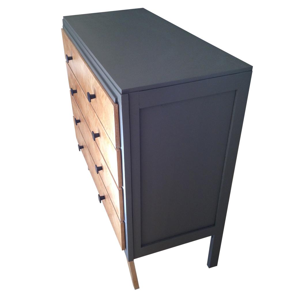 Commode marquetée 4 tiroirs Couleurs grain de café et bois Poignée métal noire Dimensions: Hauteur 90 cm, largeur 89 cm, profondeur 43 cm