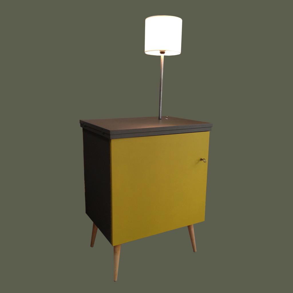 Machine à coudre des années 60 revisité en petit bahut avec éclairage intégré. Couleurs: Grain de café/ safran Pieds en bois massif Dimensions: L 59cm l 44cm H78cm, hauteur de la lampe 54cm Vendu
