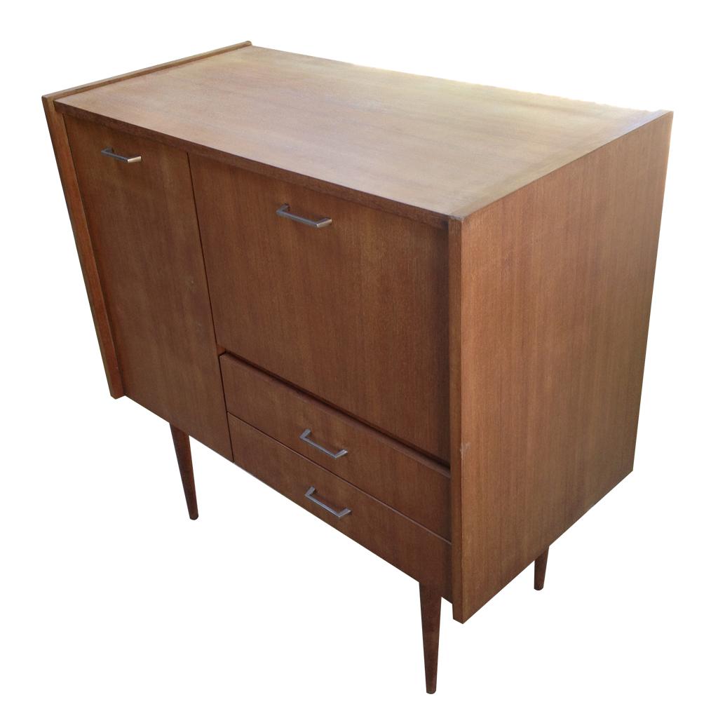 Placage bois ciré, deux tiroirs, deux portes. Dimensions: Longueur 90 cm, largeur 45 cm, hauteur 90 cm. Prix: 300 euros