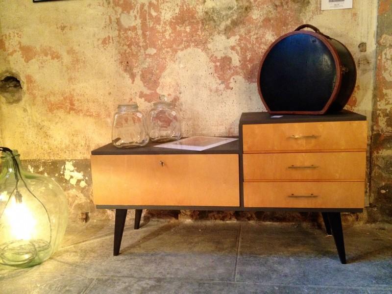 Meuble de rangement années 60 Porte et tiroirs placage bois. Peinture couleur grain de café. Prix 290 €